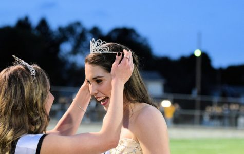 Homecoming Queen Kylee Gooding being crowned