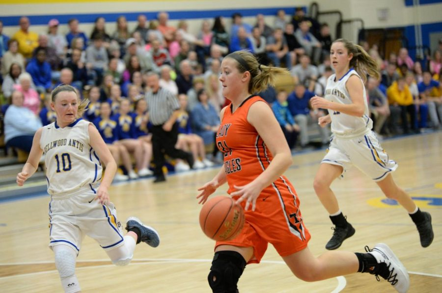 Senior+Sydney+Shaw%2C+seen+here+vs.+Bellwood%2C+has+been+a+leader+this+season+for+the+girls+basketball+team
