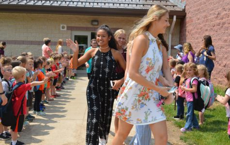 Photo Slideshow: Senior Walk 2019 Vol. 2