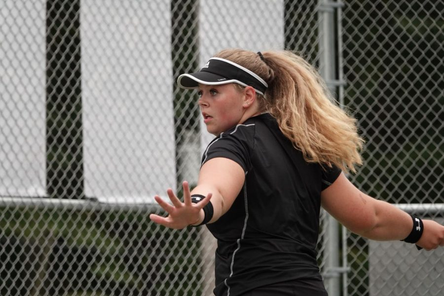Lindsey+Walk+gets+ready+to+hit+a+forehand.+