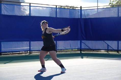 Lindsey Walk gets ready to hit a forehand.