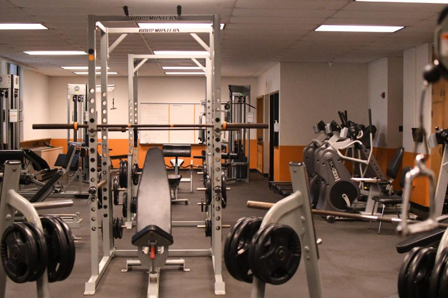 There+are+15+unique+weight+machines+that+students+can+use+to+build+and+define+specific+muscle+groups.+There+are+three+treadmills%2C+two+elliptical+machines%2C+and+two+bikes+that+students+can+use+to+burn+calories.%C2%A0%0A%0AFor+weightlifting+there+are+two+bench+presses%2C+two+squat+cages%2C+and+several+barbells+for+squatting+and+dead-lifting.+There+is+also+a+range+of+dumbbells+and+other+free+weights+that+can+be+used+for+a+wide+variety+of+exercises.
