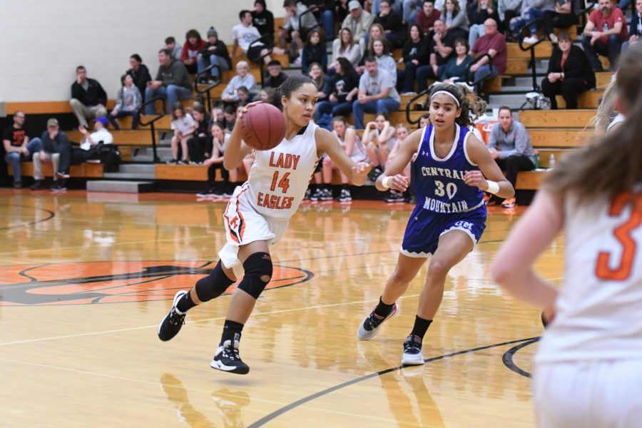 Jaida Parker drives to the hoop