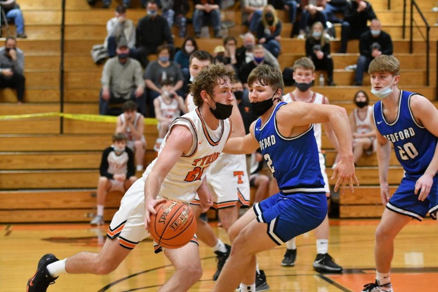 Cort Rhoades drives to the hoop during the 3rd quarter.